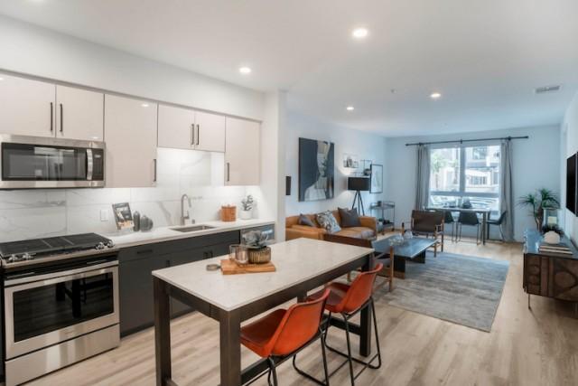 Single Room in Anaheim's Luxury Apartment